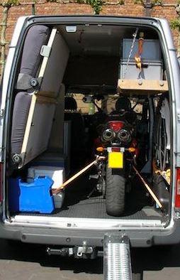Moto en camioneta